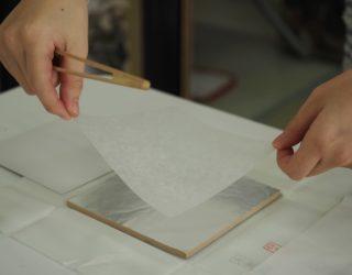銀箔にあかし紙を貼る(Placing akashi paper on silver leaf)